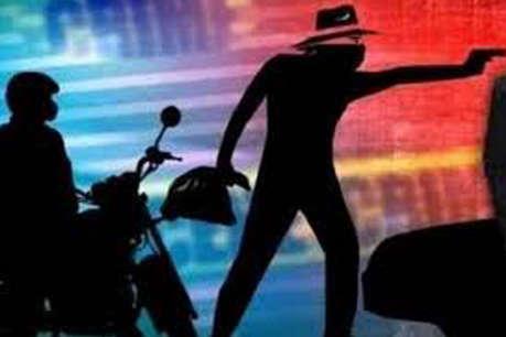 दिल्ली में दो लड़कों ने दिनदहाड़े युवती का दबाया गला, ले गए सारा सामान
