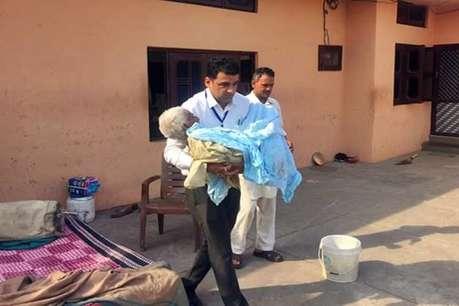 लोकसभा चुनाव 2019: बीमार बुजुर्ग दिव्यांग को SDM ने गोद में उठाकर पहुंचाया पोलिंग बूथ