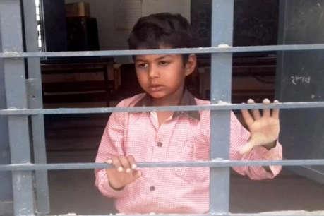 छुट्टी के बाद छात्र को क्लास में बंद कर गई टीचर, भूख-प्यास से चिल्लता रहा मासूम