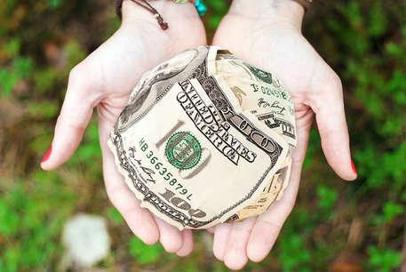 दूसरों को दान न करें ये चीजें, हो सकते हैं कंगाल!