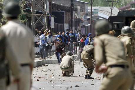 जम्मू-कश्मीर के बारामूला में पत्थरबाजों ने 47 सुरक्षाकर्मियों को किया घायल