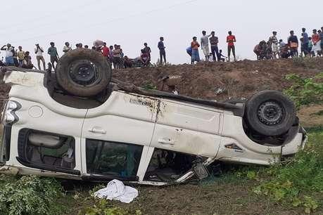 सड़क छोड़कर 20 फीट गहरे गढ्ढे में जा गिरी डीएसपी की स्कॉर्पियो, ग्रामीणों ने बचाई जान