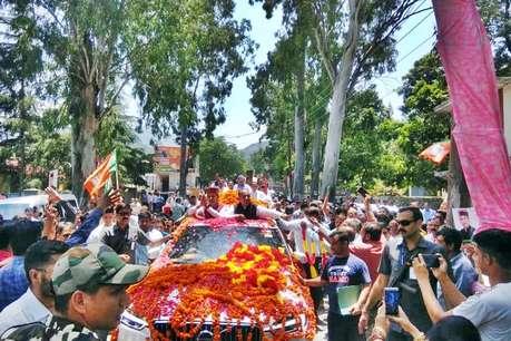 लोकसभा चुनाव के बाद पहली बार मंडी पहुंचे CM-सांसद, हुई फूलों की बारिश