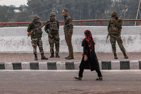 पुलवामा में आतंकवादियों ने ईद मना रहे लोगों पर बरसाईं गोलियां, महिला की मौत