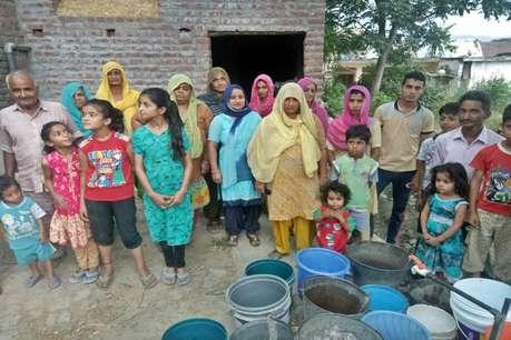 पानी की किल्लत से सूखे हलक, 15 दिन दर-बदर ठोकरें खा रहे 30 परिवार