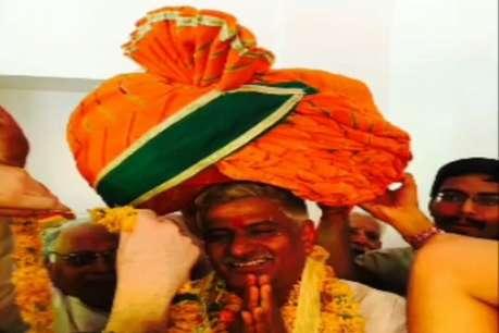 BJP मंत्री के लिए प्रशंसक ने बनाया 56 इंच का जोधपुरी साफा