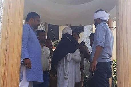 लखीमपुर खीरी: इंदिरा गांधी की मूर्ति को पहनाया गया बुर्का, भड़के कांग्रेसी