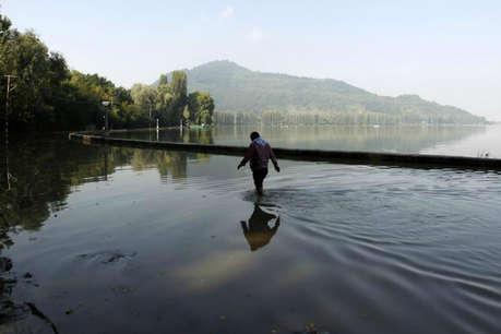 कश्मीर में आई बाढ़ से टूटा पुल, कई गांव डूबे, लोग घरों में कैद