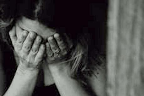 एक बार फिर इंसानियत हुई शर्मसार, नाबालिग लड़की को गोद लेकर एक साल तक किया यौन शोषण