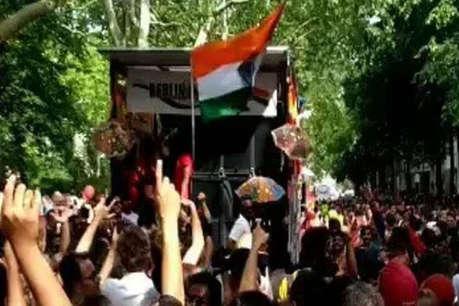 वर्ल्ड कप में लंदन की सड़कों पर भोजपुरी गाने 'कमरिया' पर जमकर नाचे फिरंगी! देखें वीडियो