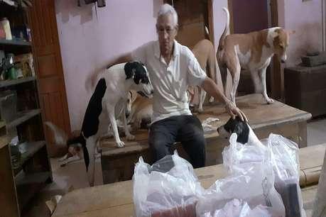 IAS बेटों और परिवार छोड़ आवारा कुत्तों के साथ रहते हैं रिटायर्ड जज, ऐसी कटती है लाइफ