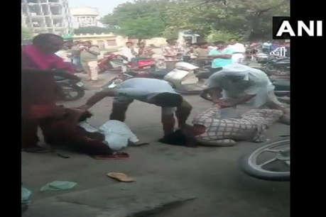 2 दलित महिलाओं को सड़क पर बेरहमी से पीटा, वीडियो हुआ वायरल