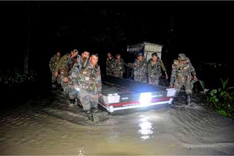 रात के अंधेरे में जान पर खेलकर भारतीय सेना के जवानों ने बचाई बाढ़ में फंसे 150 लोगों की जान