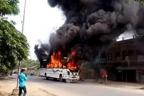 बाइक सवार की मौत पर भड़की भीड़, बस में लगाई आग