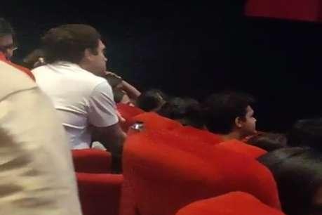 दिल्ली के थिएटर में फिल्म देखते नजर आए राहुल गांधी, Video देखकर लोग कर रहे तारीफ