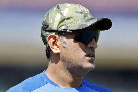 कश्मीर के लिए रवाना हुए एम एस धोनी, बुधवार से शुरू होगी आर्मी ट्रेनिंग