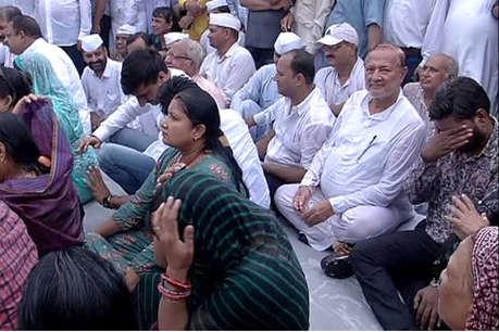 प्रियंका गांधी को हिरासत में लेने का विरोध, जयपुर में बारिश में भी धरने पर बैठे रहे कांग्रेसी