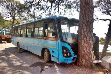 अब कांगड़ा में HRTC की बस पेड़ से टकराई, 25 लोग थे सवार