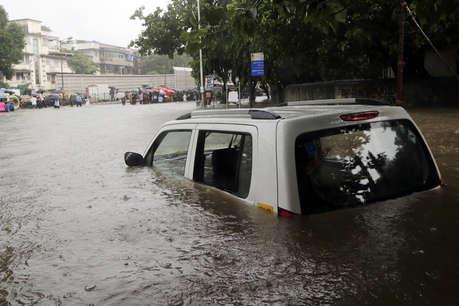 बारिश ने थामी मुंबई की रफ्तार, स्कूल-ऑफिस बंद, वेस्टर्न रेल लाइन ठप, 54 प्लेन डायवर्ट