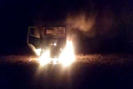 नक्सलियों ने धावा बोलकर दर्जनों वाहनों को किया आग के हवाले
