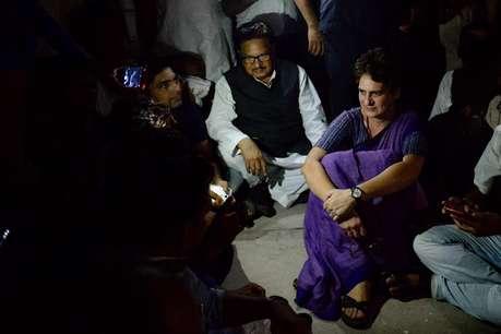 चुनार गेस्ट हाउस की बिजली गुल, अंधेरे में कार्यकर्ताओं से मिल रहीं प्रियंका गांधी