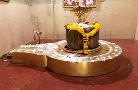 दलित महिला को मंदिर में जाने से रोका, विरोध करने पर पुजारी के बेटे ने मारी लात