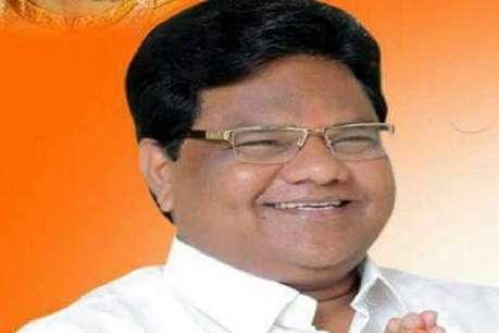मंत्री के बयान पर NCP कार्यकर्ताओं का विरोध प्रदर्शन, आवास पर फेंके केकड़े