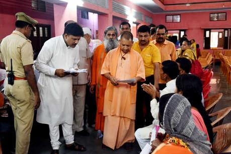 गोरखपुर में फरियादियों से मिले CM योगी, कहा- लापरवाही बर्दाश्त नहीं