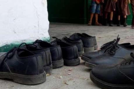 लखनऊ के सरकारी स्कूलों में बच्चों को बांटे गए एक ही पैर के दोनों जूते