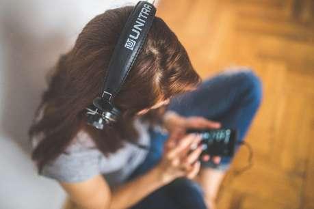 आपको भी काम के दौरान है गाना सुनने की आदत, तो जान लें ये बात