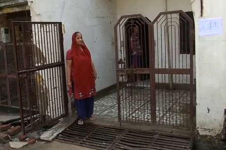 आगरा में पलायन की दहलीज पर खड़े दर्जनों परिवार, 'मकान बिकाऊ है' के लगाए पोस्टर, ये रही वजह