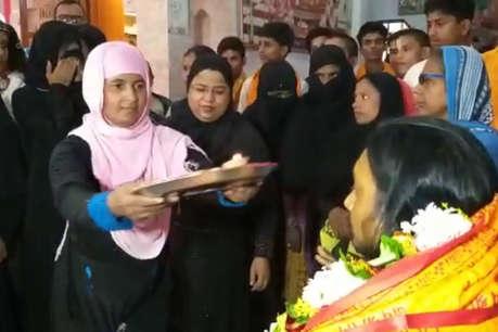 काशी में मुस्लिम महिलाओं ने उतारी आरती, गुरु का लिया आशीर्वाद