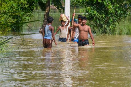 बिहार में बाढ़ से 130 लोगों की मौत, असम में घट रहा नदियों का जलस्तर