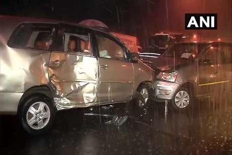 तेज बारिश से मुंबई में आपस में टकराई 3 कारें, 8 लोग घायल