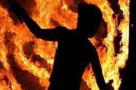 बाइक से पेट्रोल निकालकर बेटे ने लगाई मां को आग
