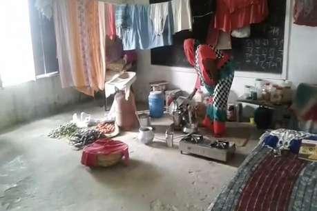 2 साल से बाढ़ पीड़ितों का इस स्कूल पर है 'कब्जा', पढ़ें वजह