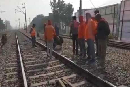 ट्रेन की चपेट में आए युवक के कटे दोनों पैर, मदद करने के बजाय लोग बनाते रहे वीडियो