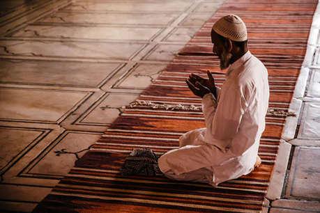 मॉब लिंचिंग के खिलाफ नमाज़ से पहले दी जा रही मुसलमानों को हथियार खरीदने की ट्रेनिंग