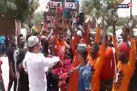 राम की नगरी में सांप्रदायिक सौहार्द की मिसाल, कांवड़ियों पर मुस्लिमों ने की पुष्प वर्षा