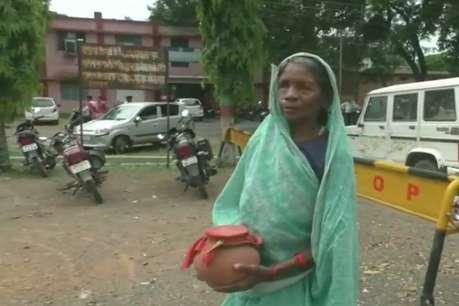 बुजुर्ग मां की दर्द भरी दास्तां, 11 साल से बेटे की अस्थियां लेकर लगा रही अधिकारियों के चक्कर