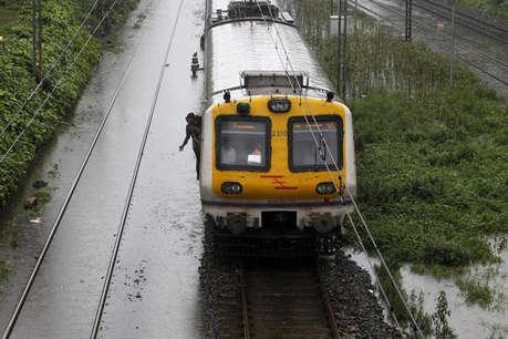 मुंबई लोकल सेवा तीन घंटे रही बाधित, पावर लाइन टूटने से दो महिलाएं घायल