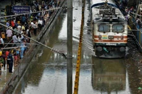 मुंबई में आफत की बारिशः रातभर में 13 किमी. चली ट्रेन, स्टेशन पर ही महिला की डिलीवरी
