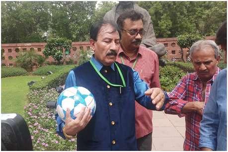 संसद भवन में दिखा पूर्व फुटबॉलर का जलवा, सरकार से की ये खास गुजारिश