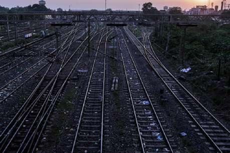 इयरफोन लगाकर रेलवे ट्रैक पार कर रहे युवक की ट्रेन से कटकर मौत