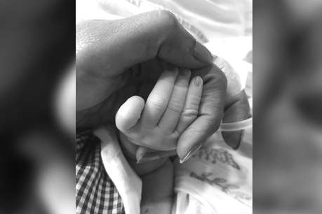 बॉलीवुड की मशहूर अभिनेत्री ने दिया बेटी को जन्म, शेयर की पहली तस्वीर