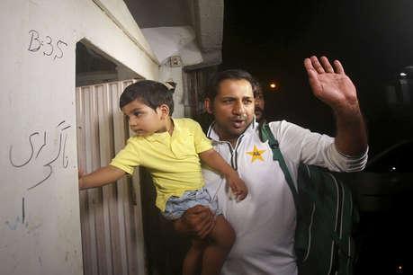 ICC World Cup : वर्ल्ड कप से बाहर होकर घर पहुंची पाकिस्तान टीम, एयरपोर्ट पर प्रशंसकों ने किया ऐसा सुलूक