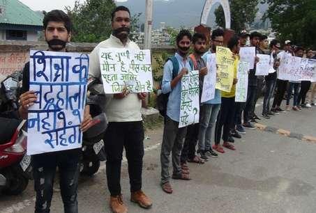 शिक्षक और किताबों की मांग को लेकर सड़क पर उतरे छात्र, गांधीवादी तरीकों से कर रहे हैं आंदोलन