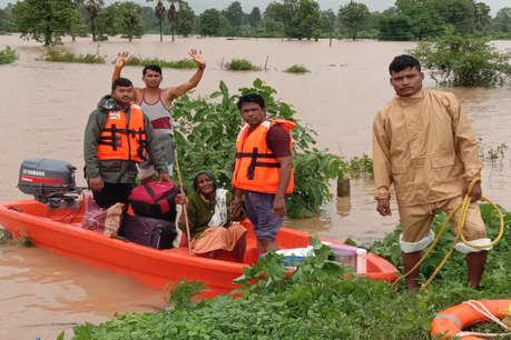 भारी बारिश से सुकमा में बाढ़ जैसे हालात, नाव के सहारे फंसे लोगों को निकाल रहे जवान