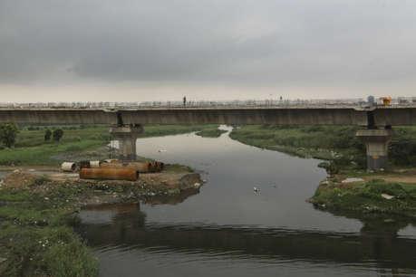 एक नदी की 'मौत' की तहकीकात : इस तरह से सीवर बनी यमुना