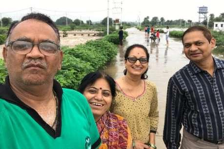 सेल्फी ले रहे प्रोफेसर परिवार समेत बाढ़ के पानी बहे, पत्नी की मौत, बेटी लापता